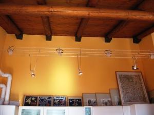 Zona cucina soffitto altissimo.