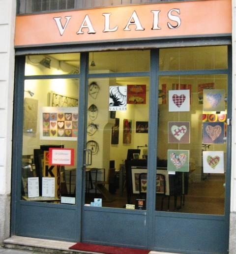 La vetrina di Valais con i cuori urbani di Paolo Portanti