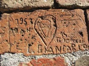 Incisioni storiche su vecchi mattoni